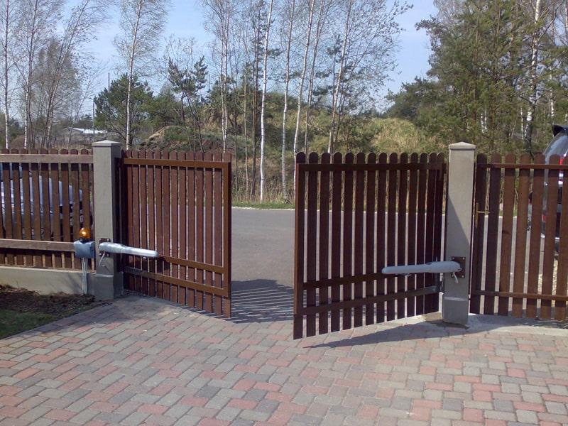 Распашные автоматические ворота из евроштакетника
