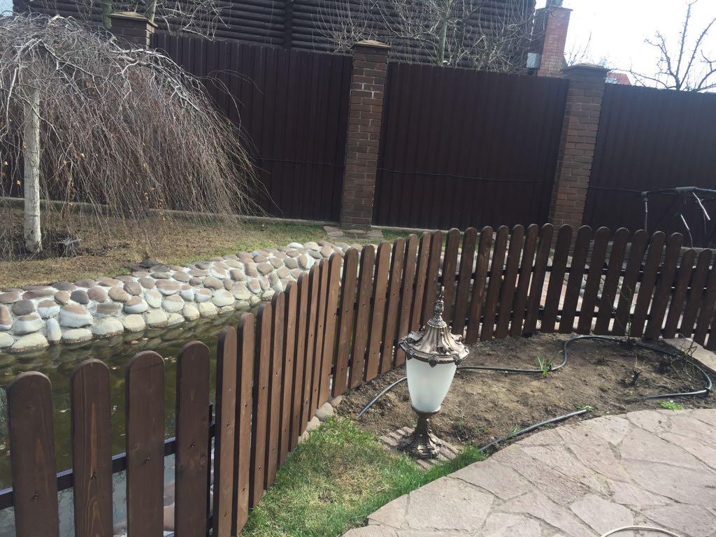 Деревянный забор внутри участка