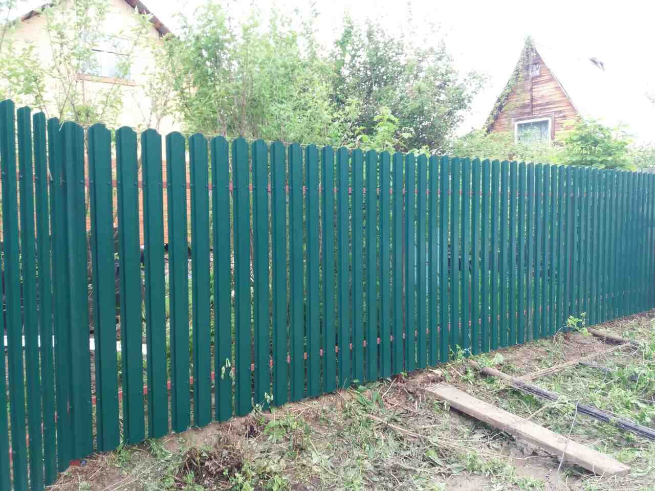 Забор из евроштакетника зеленого