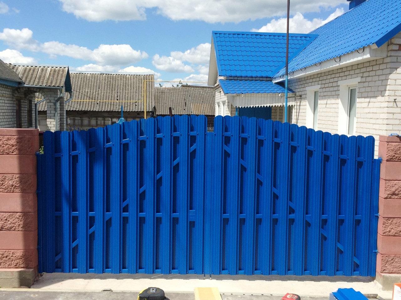 Забор из евроштакетника синего