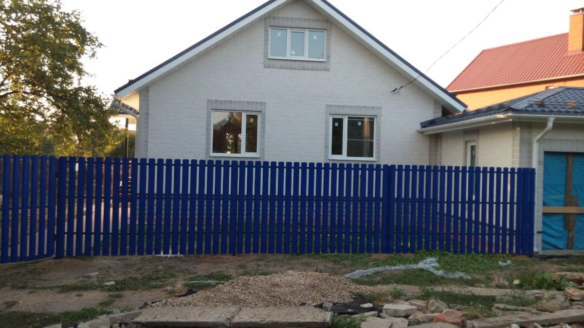 Забор из евроштакетника синий в один ряд