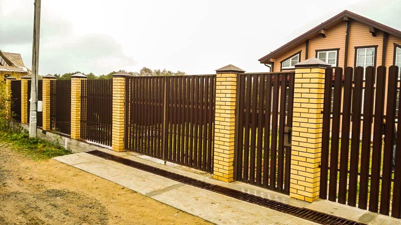Забор из евроштакетника скирпичными столбами