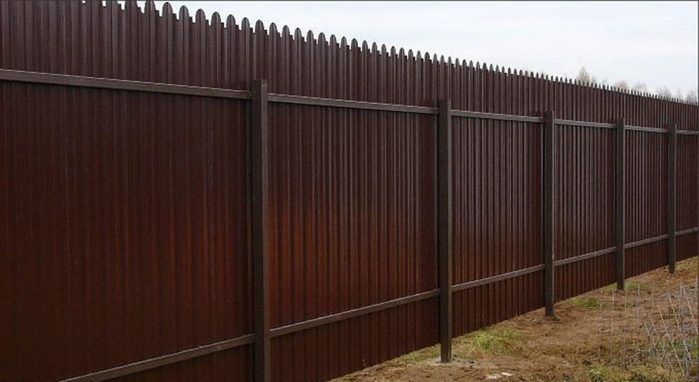 Забор из фигурного профнастила 2 лаги