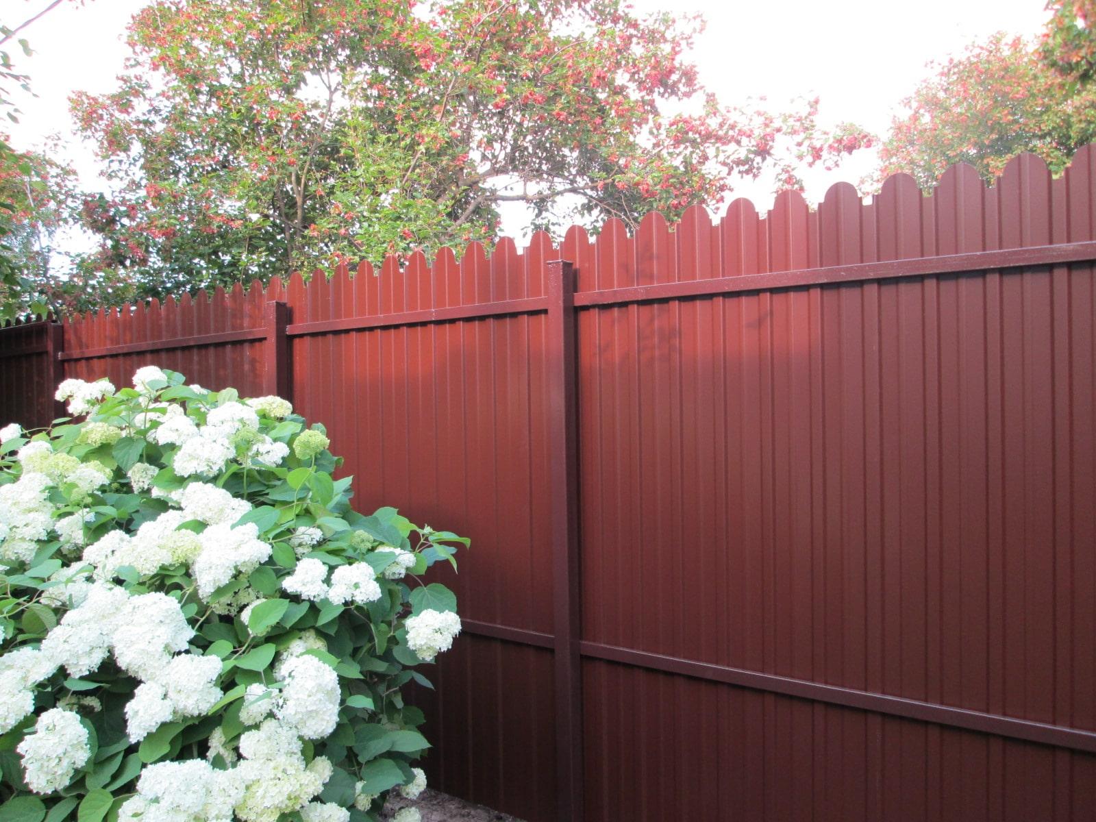 Забор из фигурного профнастила вишневый