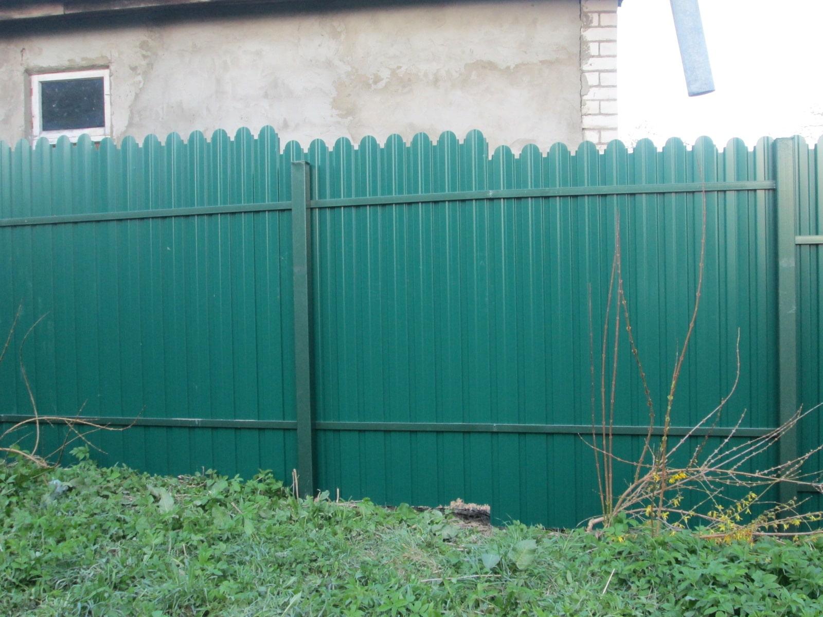 Забор из фигурного профнастила зеленый