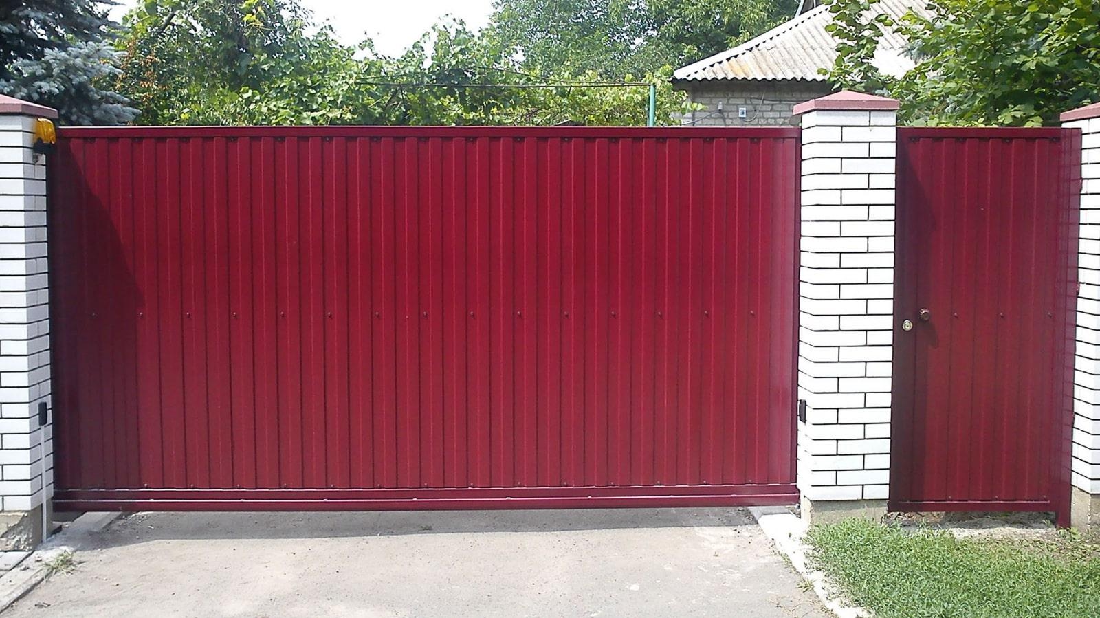 Забор из профнастила красный ворота и калитка