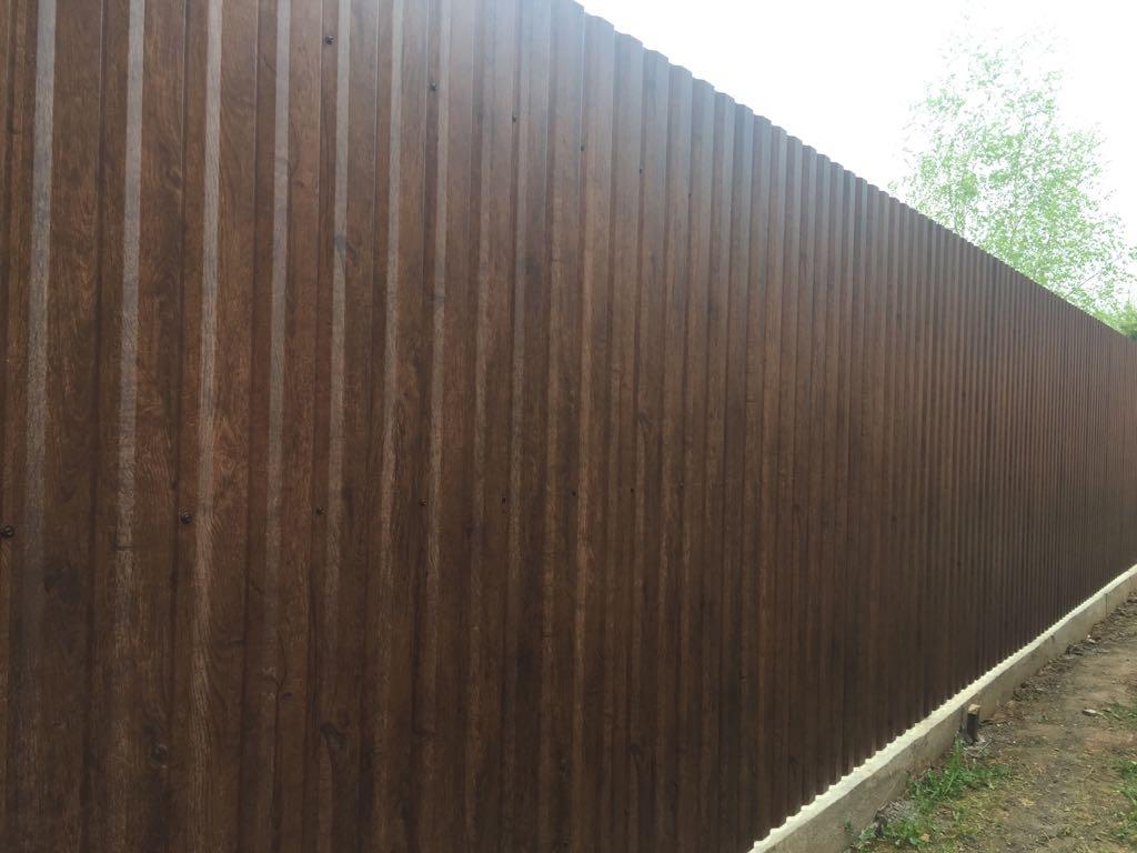 Забор из профнастила темный принт