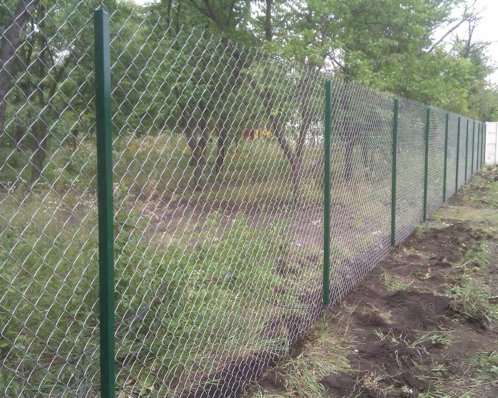 Забор из сетки рабицы с зелеными столбами