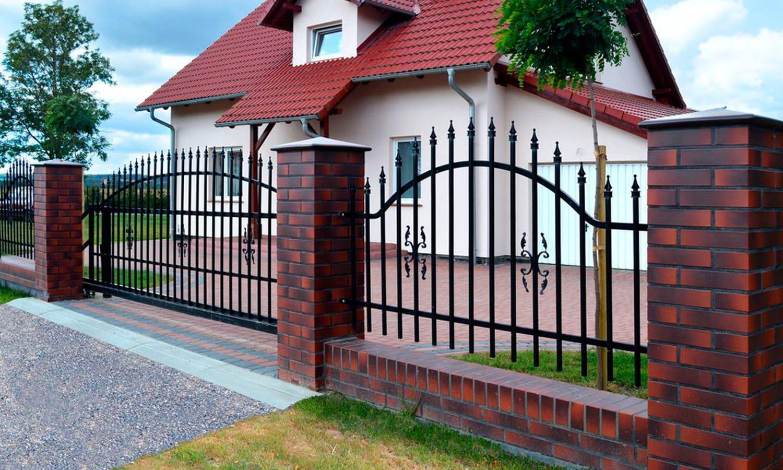 Забор сварной с кирпичными столбами и фундаментом