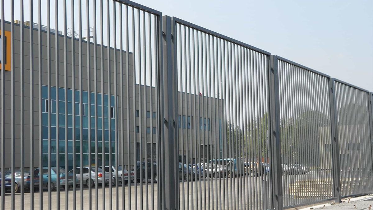 Забор сварной серой окраски
